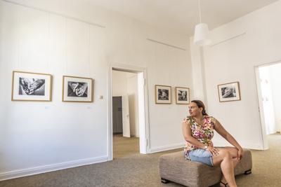 """Foto meiner Serie """"Handgemenge"""" in der Ausstellung """"Zweierbeziehung"""""""