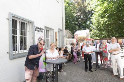 Ralf Rassloff und die Bürgermeisterin der Stadt Mülheim an der Ruhr Frau Margarete Wietelmann eröffnen die Fotoausstellung Zweierbezieung in der Galerie an der Ruhr