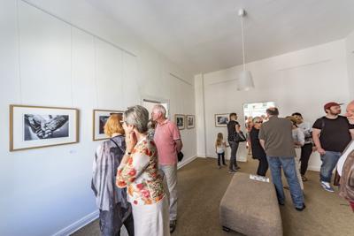 Gäste bei der Eröffnung der Fotoausstellung Zweierbezieung in der Galerie an der Ruhr